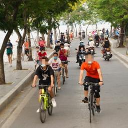 하노이시: 호안끼엠 보행자 거리 중단되자 떠이호 호숫길로 모여들어...